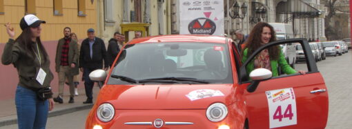 Ретро-машины, ведьмы и королевы: в Одессе автоледи устроили гонки по городу (фото)
