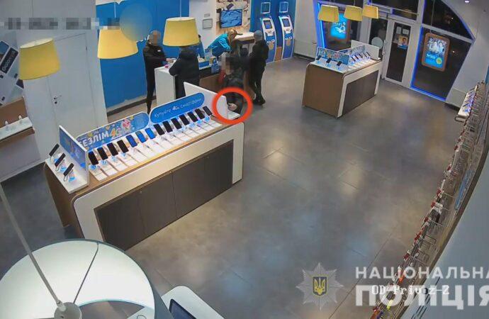 На Одещині затримали зловмисників, які неодноразово викрадали мобільні телефони з магазинів техніки (відео)