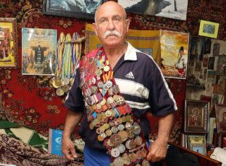 73-летний одессит сворачивает гвозди в крендель и жмет двухпудовые гири