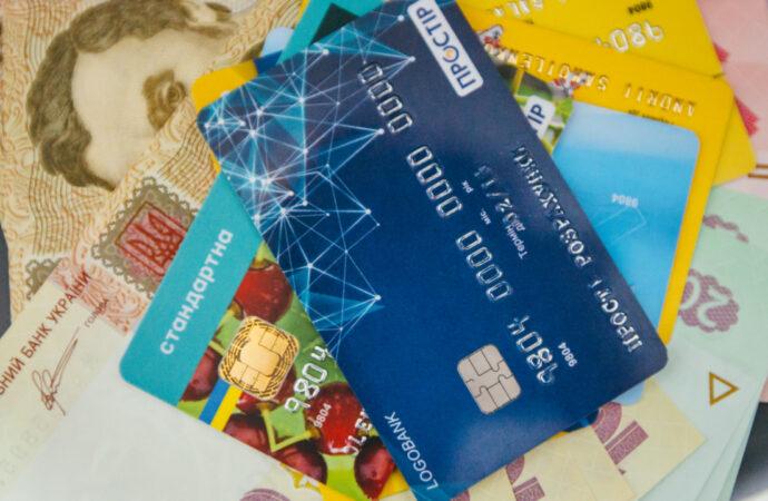 Зарплаты и пенсии на банковских карточках украинцев могут арестовать