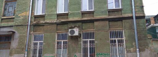 На бульваре в Одессе рассыпается на части старинный особняк