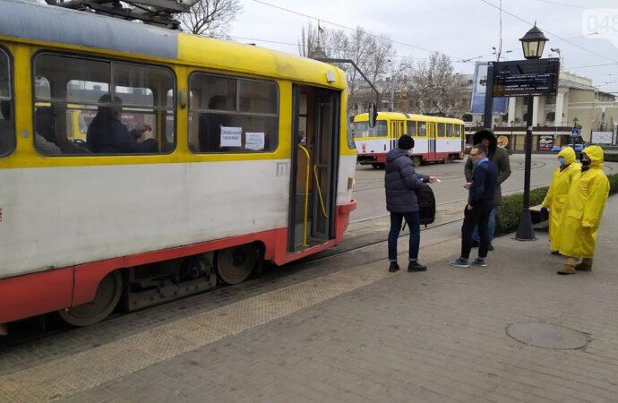На проезд в одесском транспорте раздают спецпропуска: кто первый на очереди?