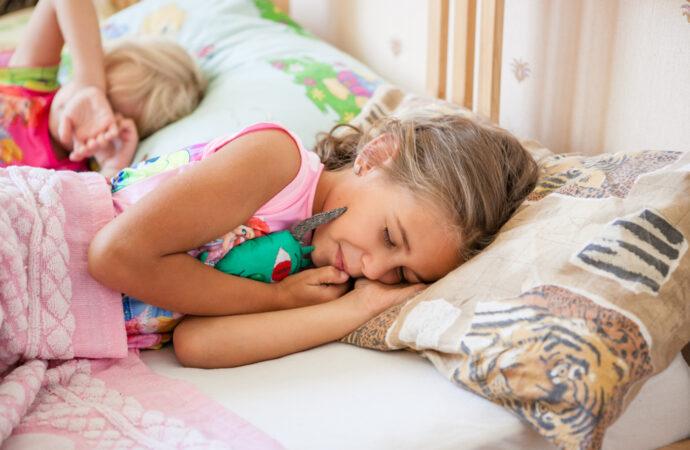 На Одещині двоє дітей залізли у хату через вікно та заснули, поки їх шукала поліція