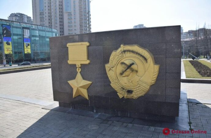 В Одессе изрисовали мемориал на площади 10 апреля