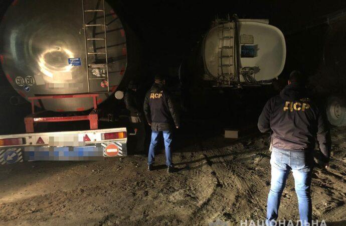 """На Одещині затримали групу чоловіків, які наживалися на крадіжці пального """"Одеської залізниці"""" (фото)"""