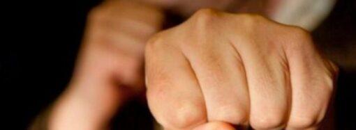 На Одещині на автомийці чоловік напідпитку накинувся з кулаками на пенсіонера