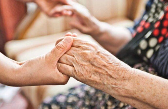 Карантин: кто поможет одесским пенсионерам и куда обращаться?