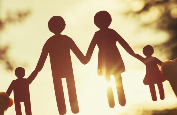 Помощь семьям с детьми: на какое пособие можно рассчитывать приемным родителям