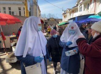 Одесские сестры милосердия бесплатно раздавали на Привозе маски и дезрастворы