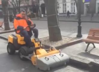 Одесские коммунальщики обзавелись подметальной машиной