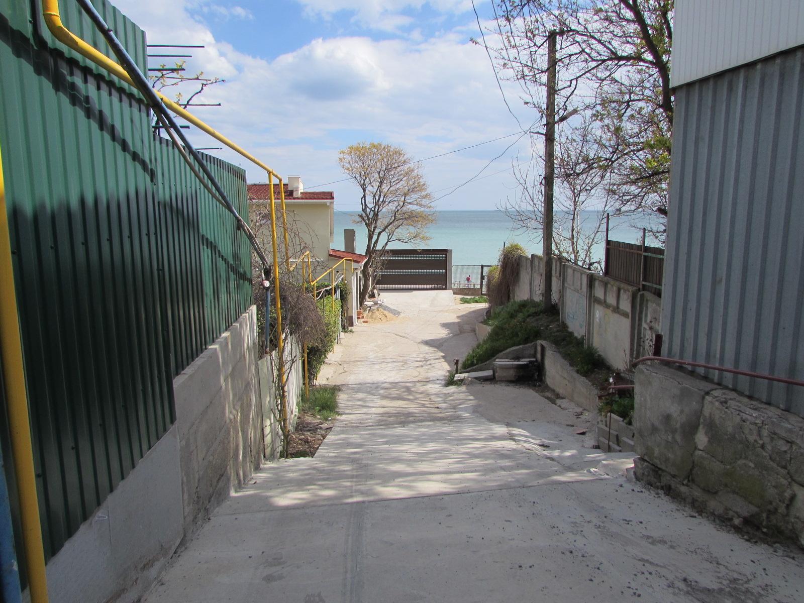 Спуск с улицы Береговая к лестнице. Здесь хотят установить ворота