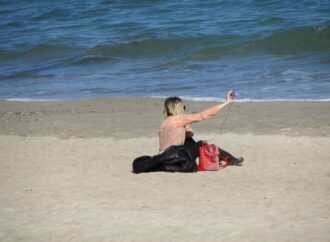 В городе под Одессой разрешают гулять у моря по двое, в масках и перчатках