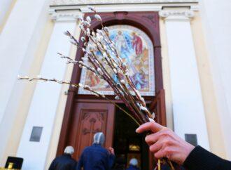 Карантину вопреки: прихожане в Одессе массово посетили храмы в вербное воскресенье (фото)