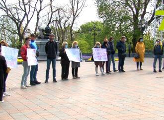 Под мэрией в Одессе устроили акцию протеста инвесторы недостроя (фото)