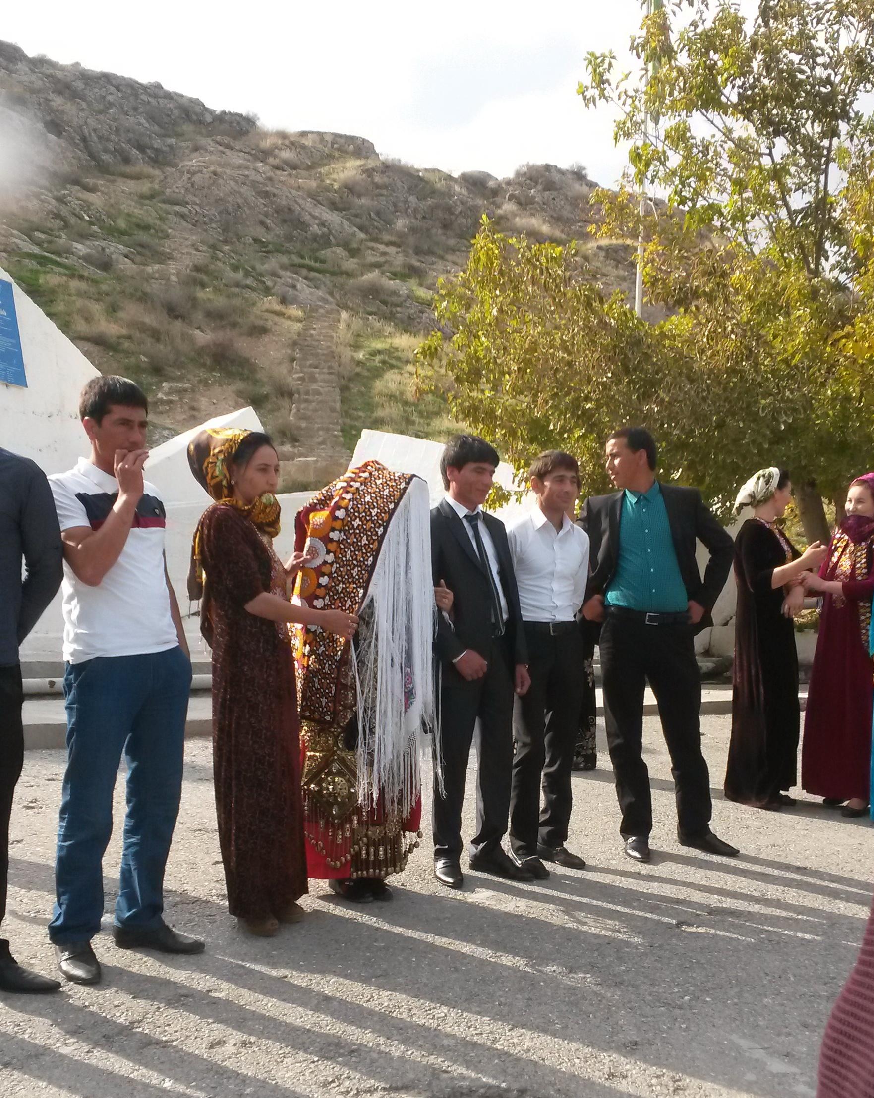 На церемонии выбора невесты для старейшин, которую показали г-ну Воронкову. В соответствии с местными обычаями старейшине на период работы в Совете положена и жена. На ее личико он сможет взглянуть только проведения официальной церемонии. Но как заявила украинская супруга Воронкова — Людмила задачей подбора туркменской жены она займется лично