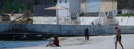 Одесситы в карантин и шторм купались в море и нежились на пляже (фото)