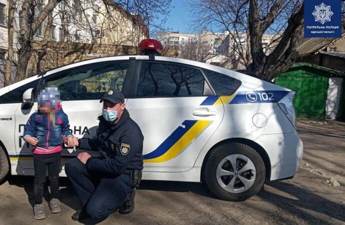 Гралася з незнайомою дівчинкою: в Одесі патрульні допомогли розшукати 5-річну дівчинку