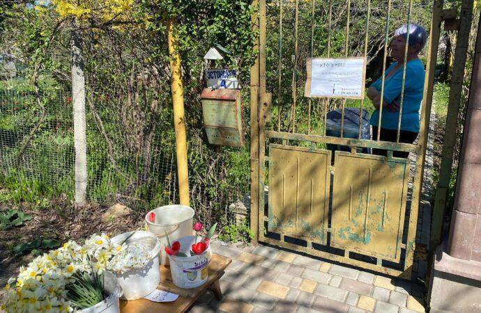 Одесская пенсионерка дарит горожанам цветы, которые сама вырастила (фото)