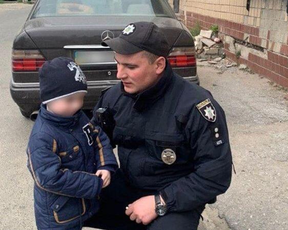 В Одесі поліцейські повернули додому трирічного хлопчика, який загубився