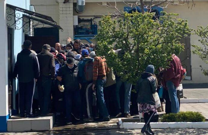 Без масок і дистанції: як в Одесі пів сотні людей чекали на безкоштовні паски