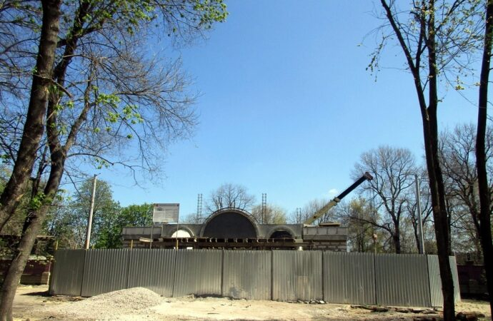 Преображенский парк в Одессе: уже видна верхушка нового входа в Зоопарк (фото)