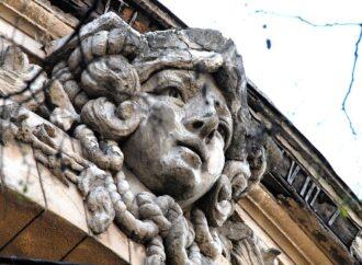 Загадочная Одесса: дама с веревкой на шее на городских фасадах (фото)