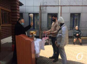 Как в Одессе святили куличи в храмах и на улице (фото)