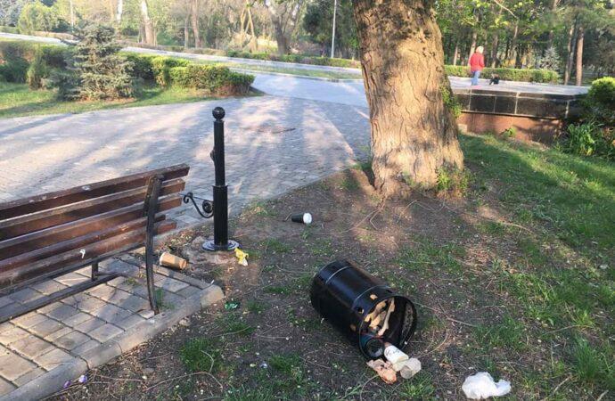 У Великодню ніч в Одесі вандали пошкодили декілька металевих урн (фото)