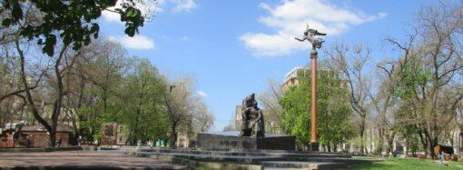 Одесский Старобазарный сквер на карантине: закрыты бювет и туалет, открыты торговые ларьки и детская площадка (фото)