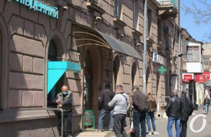 Карантинная реальность: очереди в банки. Кто стоит и почему? (фото)