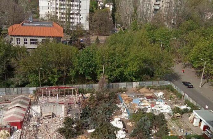 В Одесі спиляли майже пів сотні дерев заради будівництва (фото, відео)