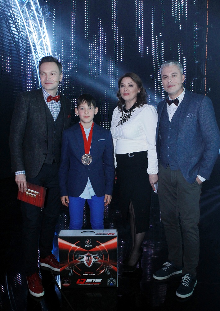Анна Лютова с Амиром Баговеевым и ведущими за кулисами шоу