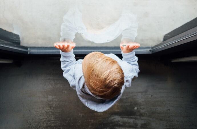 Сперлася на москітну сітку: на Одещині дворічна дівчинка випала з вікна третього поверху
