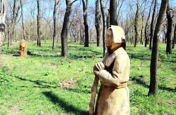 Старуха с метлой, богатыри и медведь: в одесском парке появилась сказочная поляна (фото)