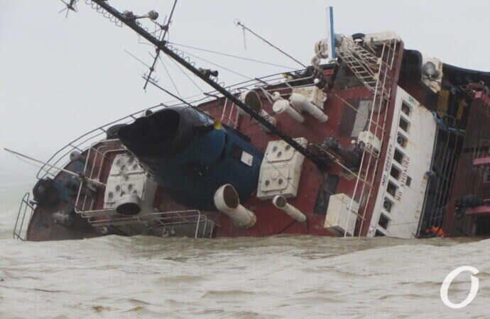 Судовладелец в очередной раз пообещал убрать затонувший у одесского пляжа танкер