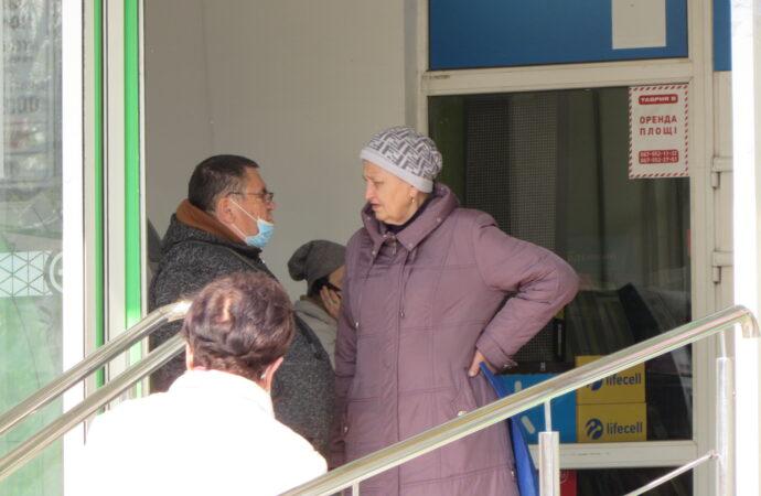 Своих нет, а внутри не выдают: в некоторые одесские магазины покупателей пускают без маски (фото)