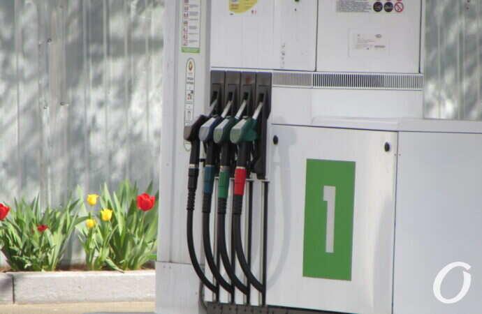 Нефть падает в цене, но пока что цена за литр на одесских АЗС не обновляется (фотофакт)