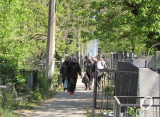Можно и проехать, и пройти: в Одессе, несмотря на запрет, аншлаг на кладбище (фото)