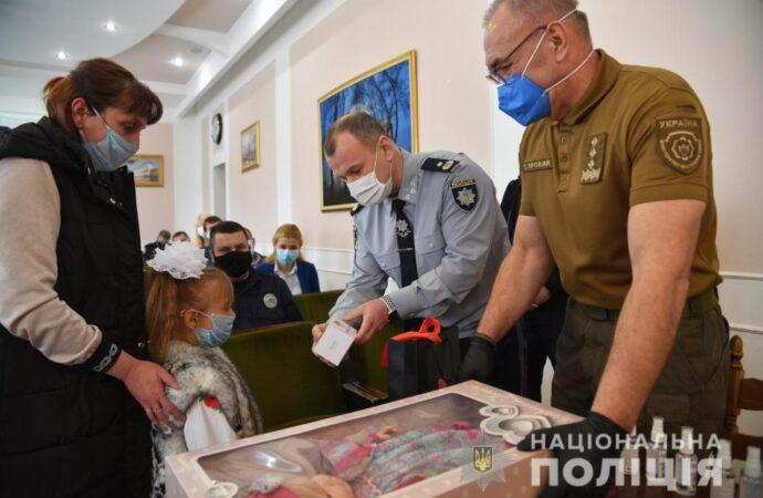 На Одещині 7-річну дівчинку, яку намагався викрасти зловмисник, нагородили за кмітливість та допомогу поліцейським