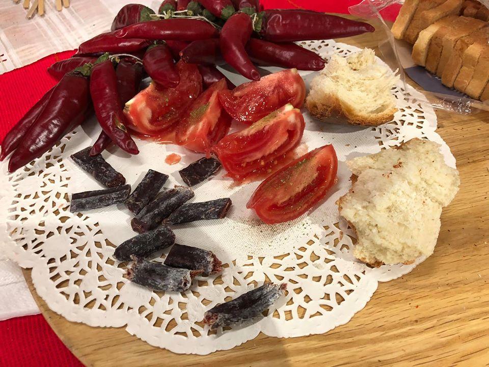 Паприка, томаты, хлеб