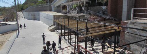 Возле эстакады на одесском Фонтане развернули сезонную стройку (фото)