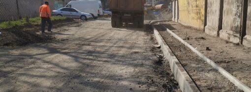 В Одессе приводят в порядок улицу, которую не ремонтировали 30 лет