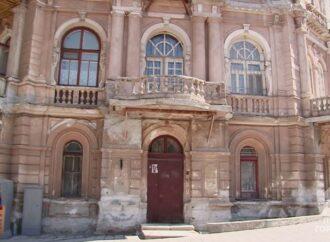С фасадов трех исторических домов в Одессе сбили старинную лепнину