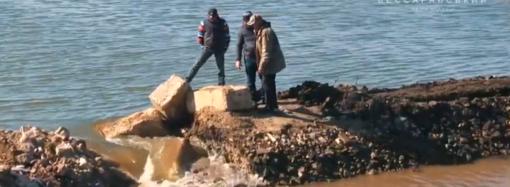 В Одесском регионе перекрыли аварийный шлюз на водоемах (видео)
