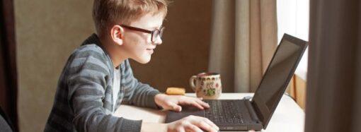 Недетское онлайн-обучение: на уроке у одесских школьников включилось порновидео