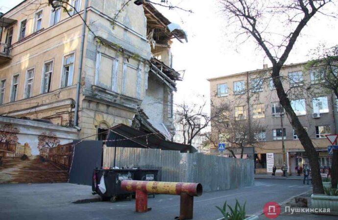 В Одессе горожане сами перекрыли переулок у рухнувшего дома (фото)