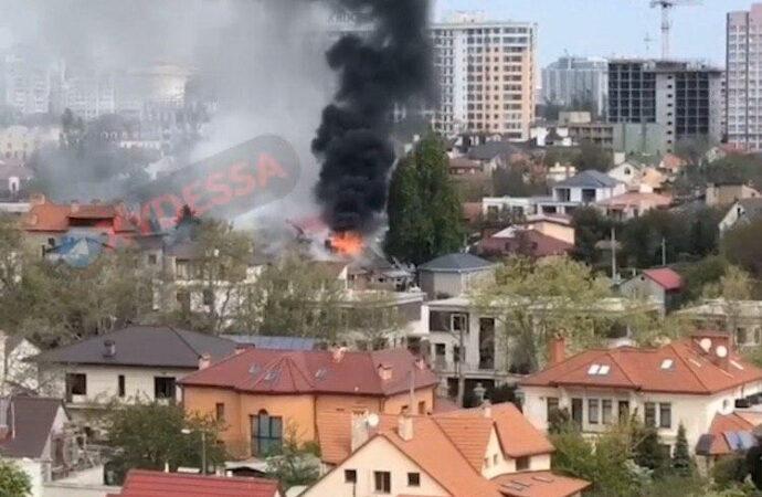 На Фонтане в Одессе пылает частный дом (видео)