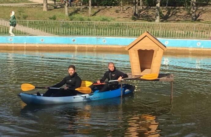 Водоплавающим птицам в одесском парке подарили новое жилье (фото)
