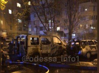 Мощный взрыв в Одессе: на Таирова пылало четыре машины (видео)