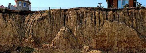 Под Одессой засняли нависшие над морем склоны, которые вот-вот обрушатся (фото)